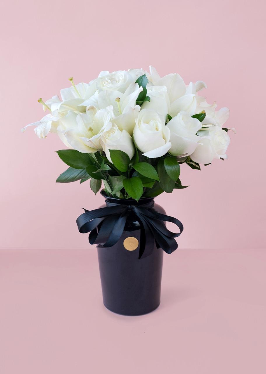 Imagen para Rosas y lilys blancas en jarrón negro - 1