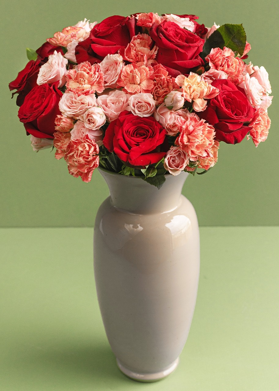 Imagen para 10 Rosas rojas y mini rosas en jarrón - 1