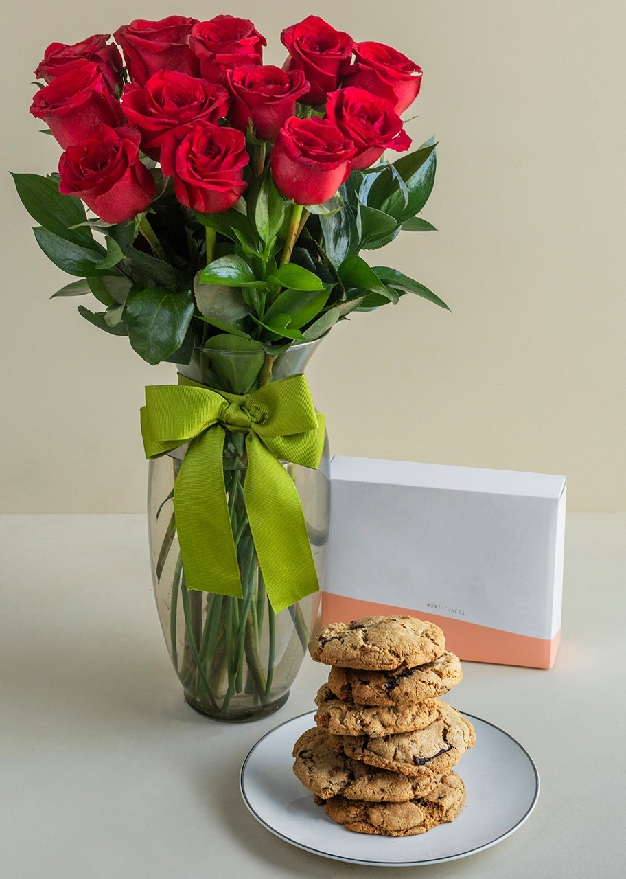 Imagen para 12 Red Roses with Chocolate Chip Cookies - 1
