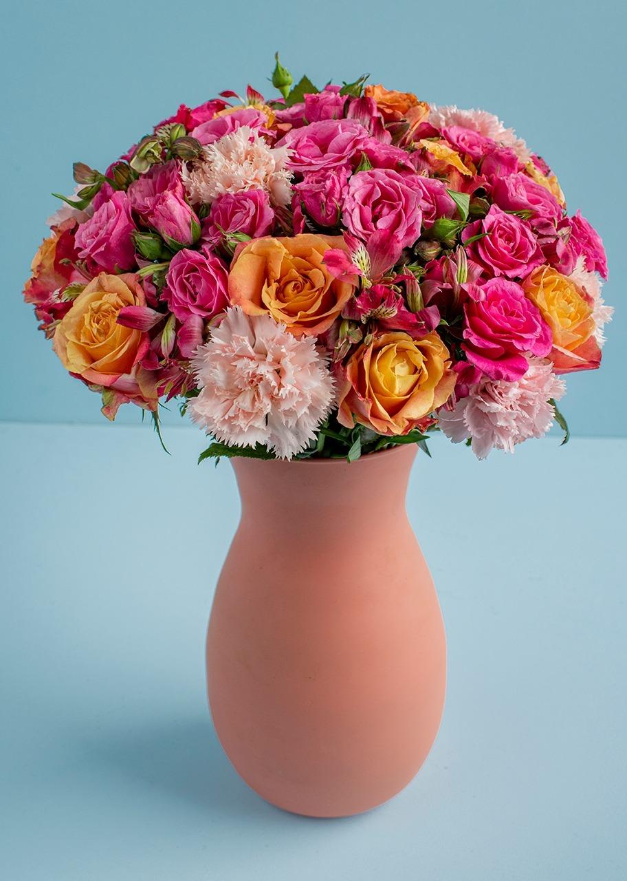 Imagen para 12 Rosas naranjas y mini rosas en jarrón - 1