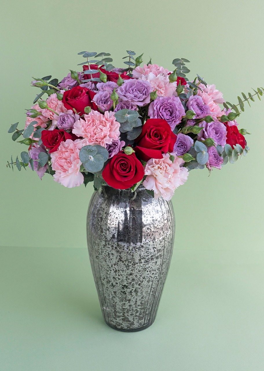 Imagen para 12 Red roses and mini roses  in mirror finish vase - 1