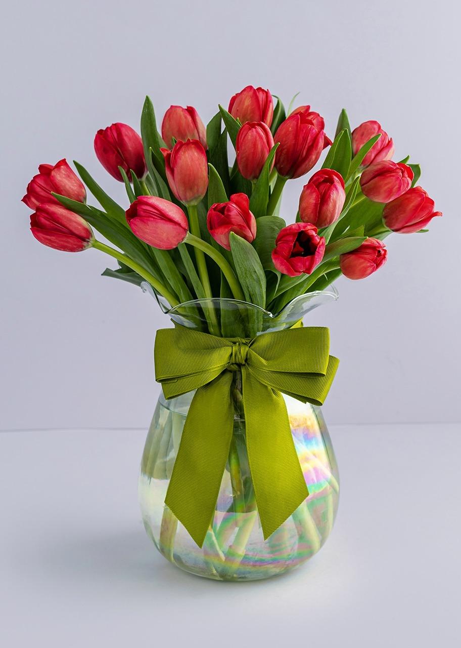 Imagen para 15 Red Tulips in Vase - 1