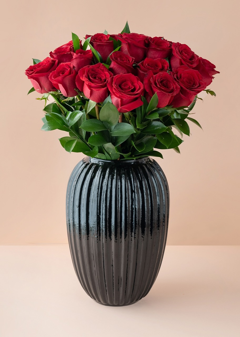 Imagen para 24 Rosas Rojas en Jarrón Negro - 1