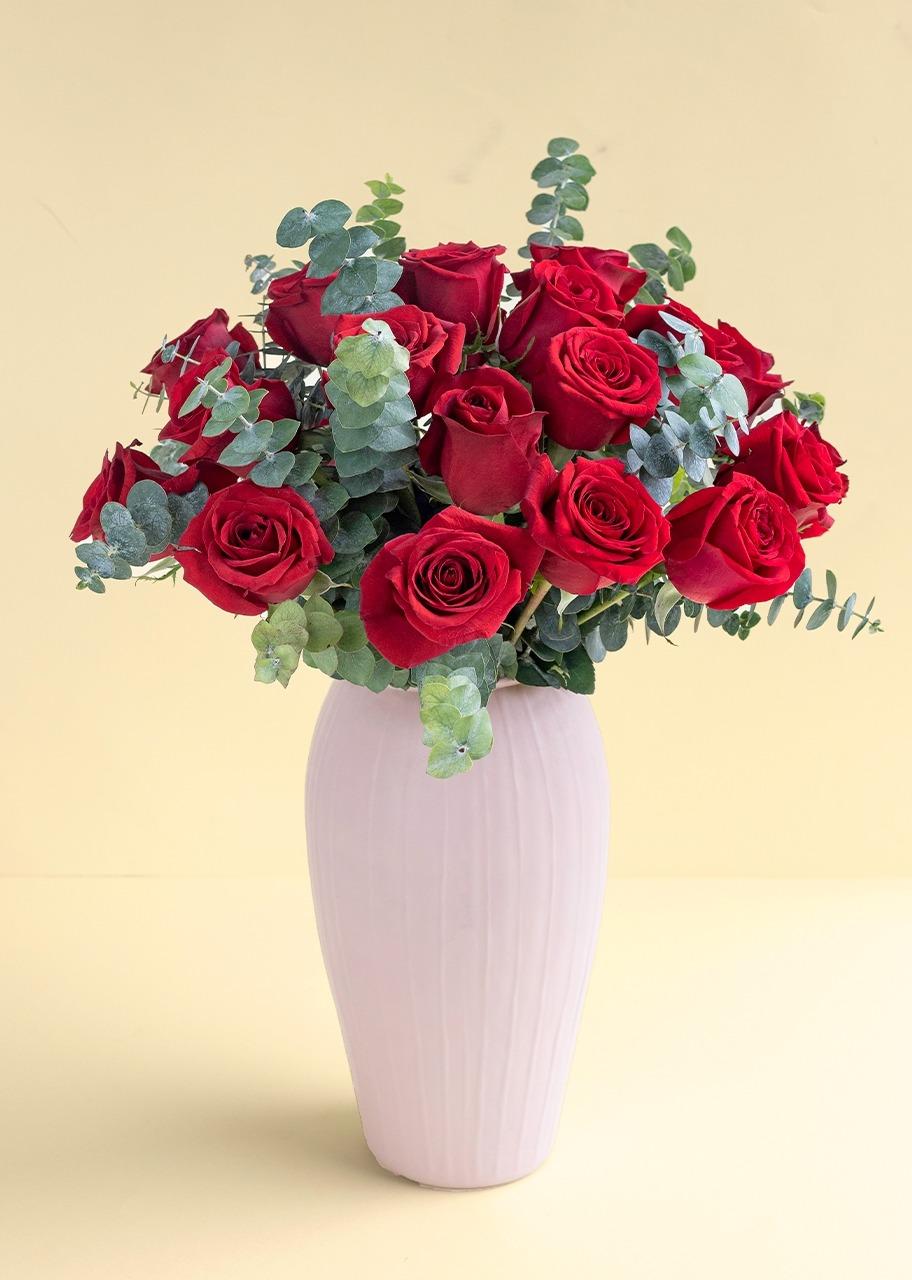Imagen para 24 Rosas rojas en jarrón rosa - 1