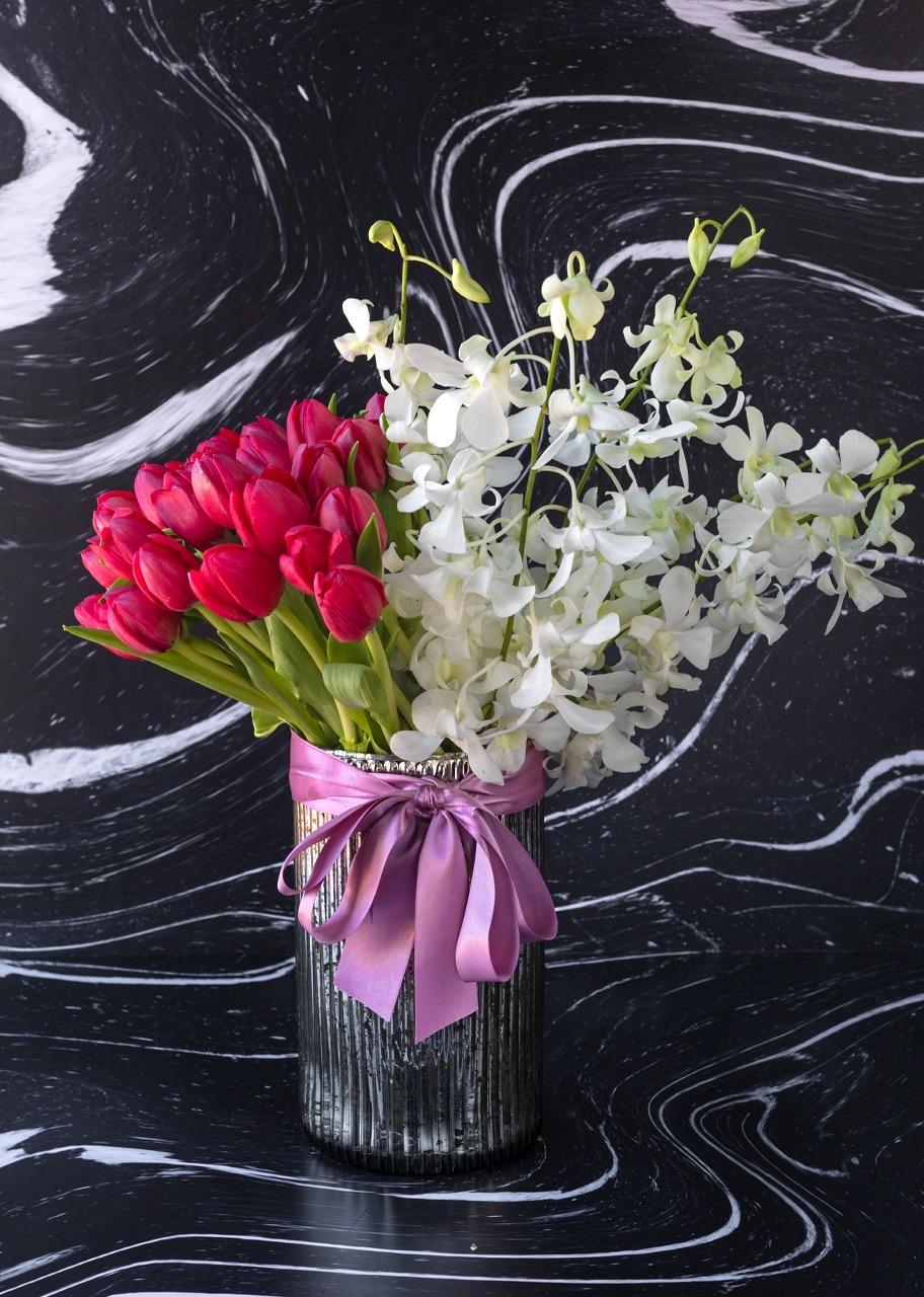 Imagen para 30 tulipanes rojos y orquídeas en jarrón platinado - 1
