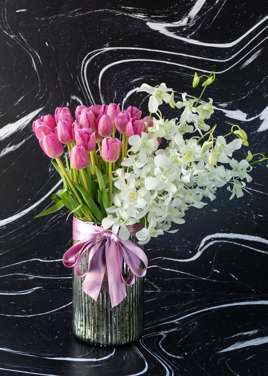 Imagen para 30 tulipanes rosas y orquídeas en jarrón platinado - 1