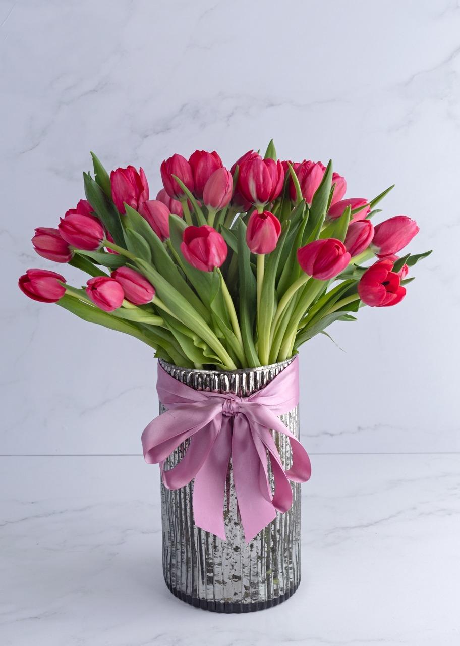 Imagen para 40 tulipanes rojos en jarrón platinado - 1