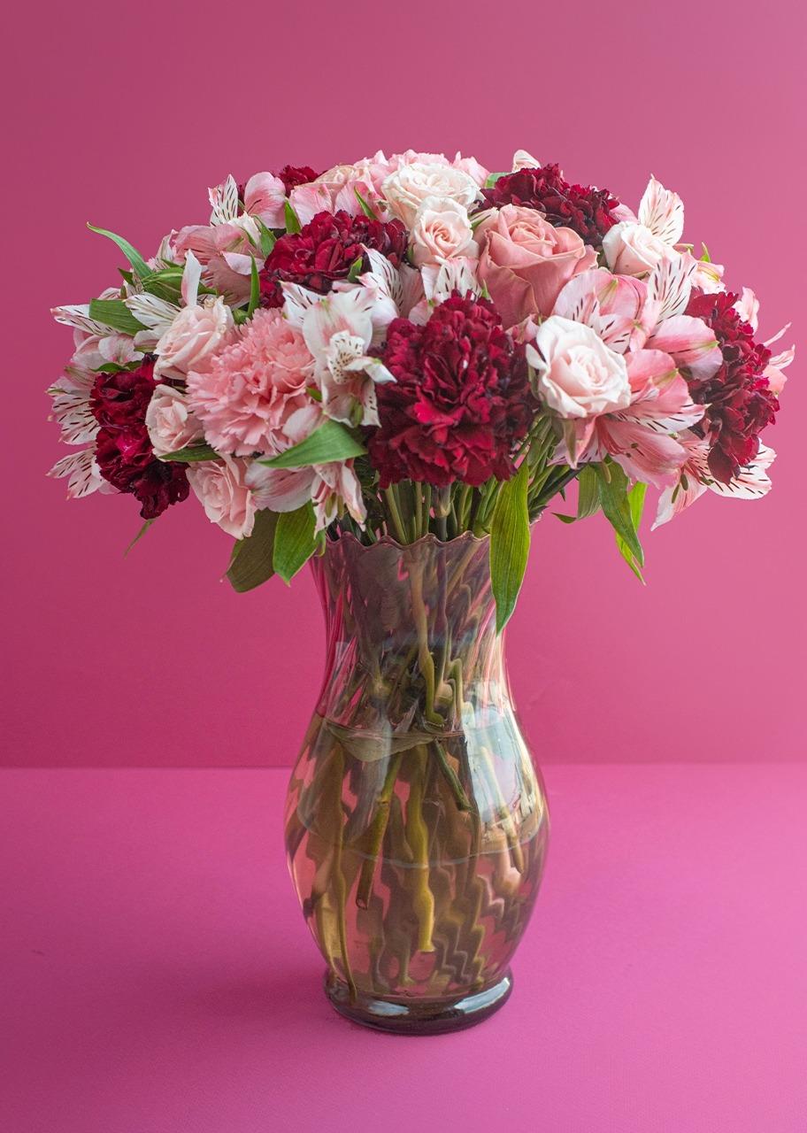 Imagen para Rosas rosas  y claveles en jarrón - 1