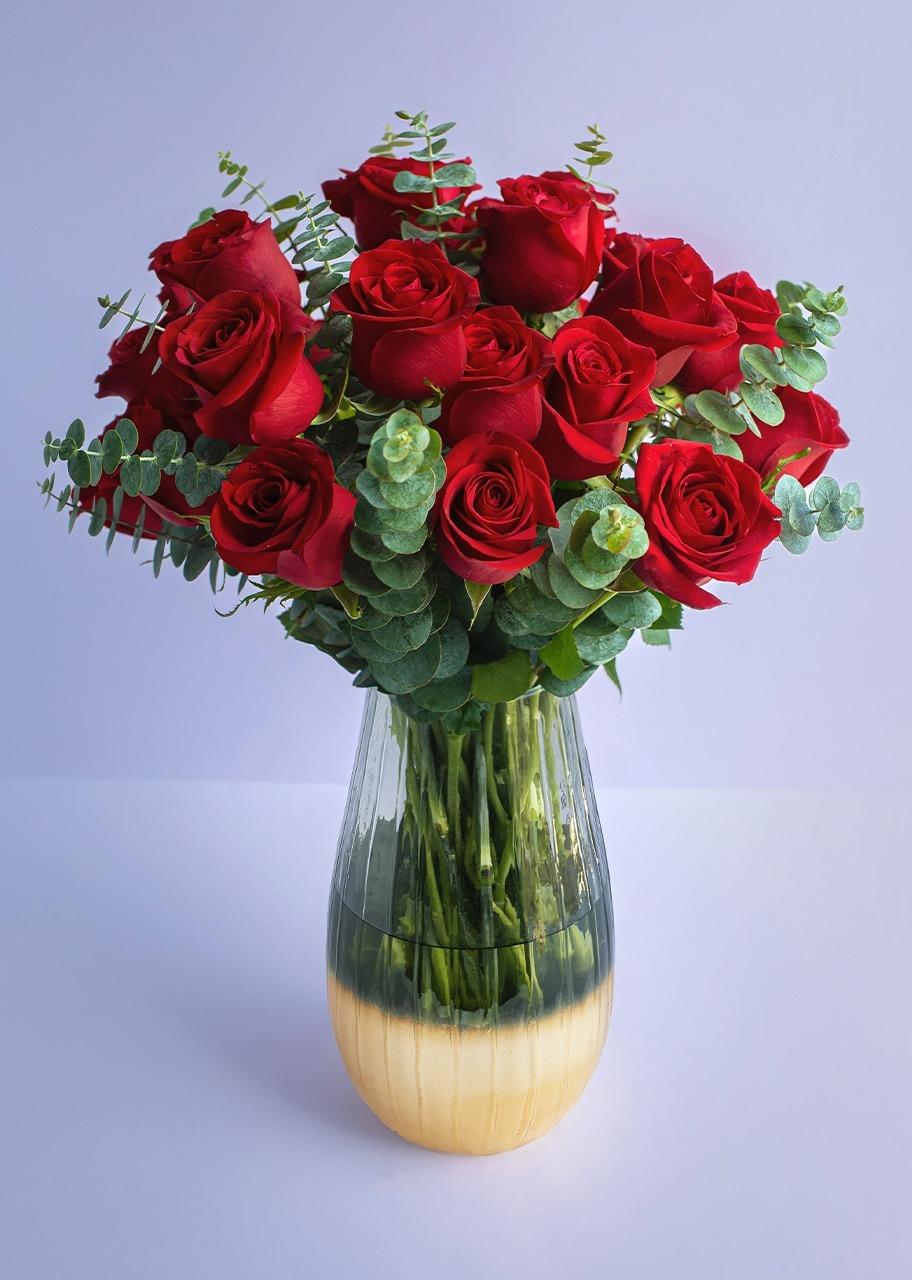 Imagen para 24 Rosas rojas en jarrón de acabado dorado - 1