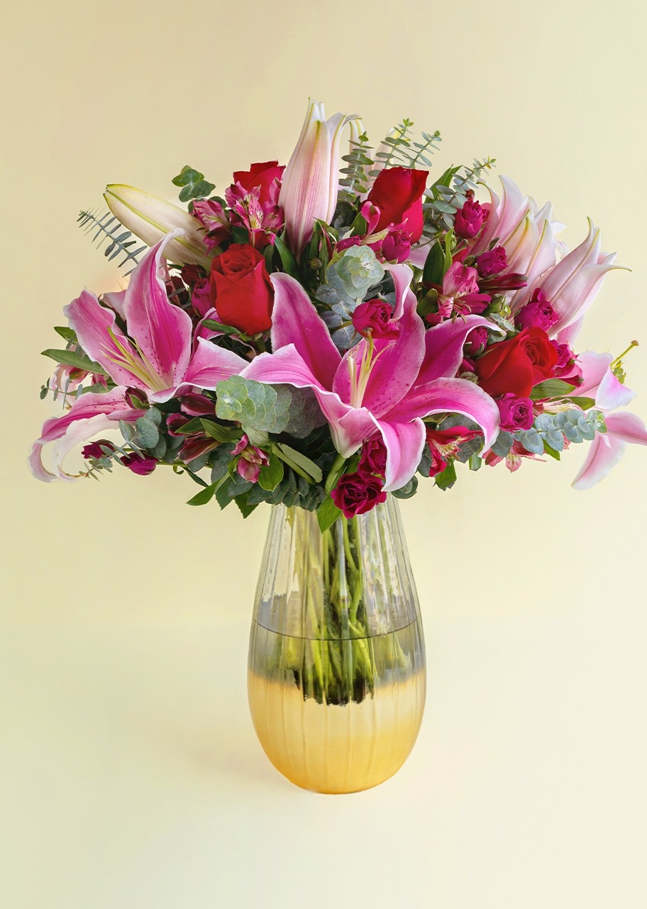 Imagen para Roses and stargazer in golden finish vase - 1