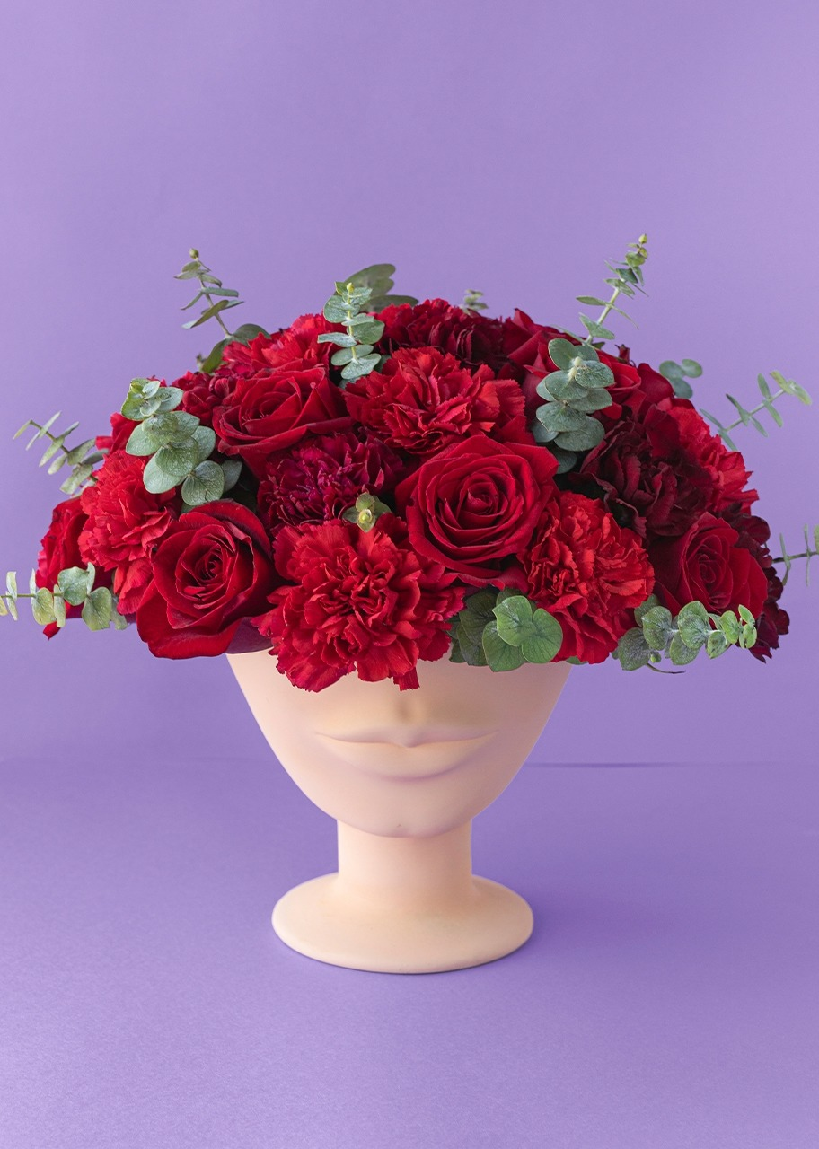 Imagen para Red roses and carnations on a small face vase - 1