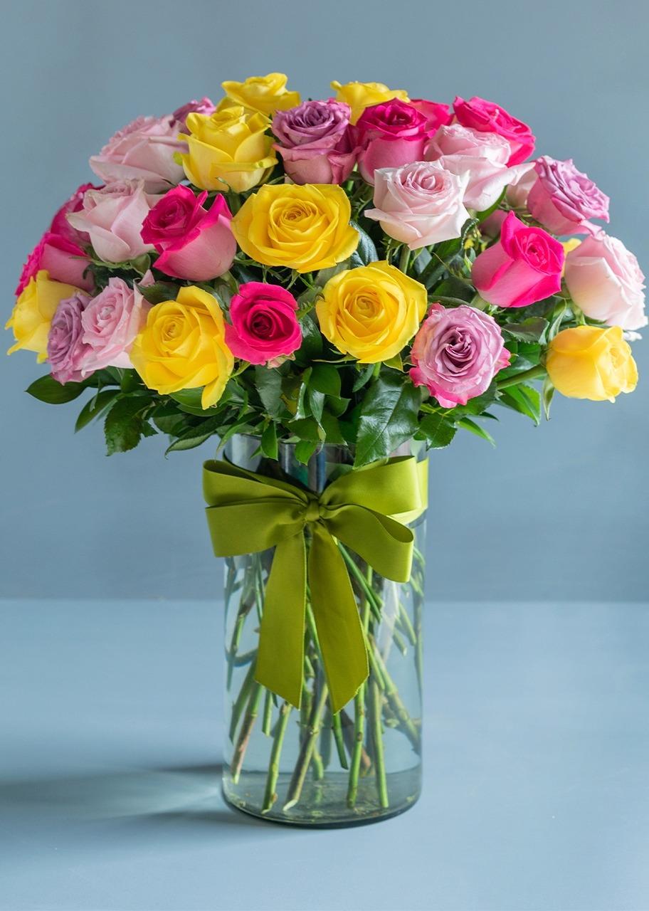 Imagen para 50 Rosas Arcoiris en Jarrón - 1