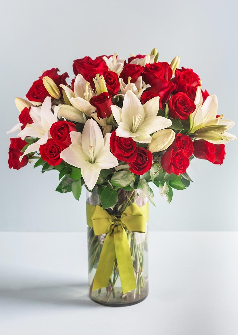 Imagen para 50 Rosas Rojas con Lilys Blancas - 1