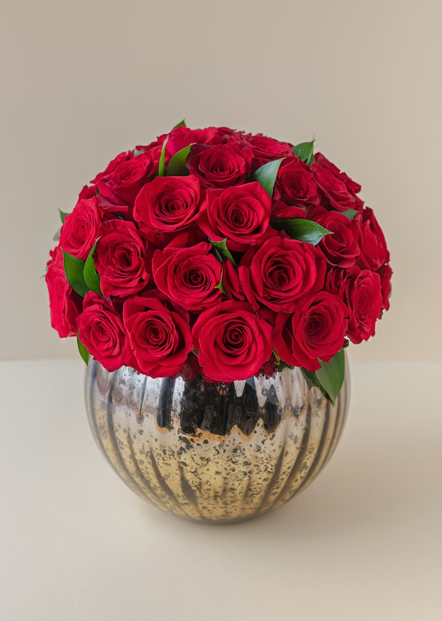 Imagen para 50 Red roses in a marbled gold vase - 1