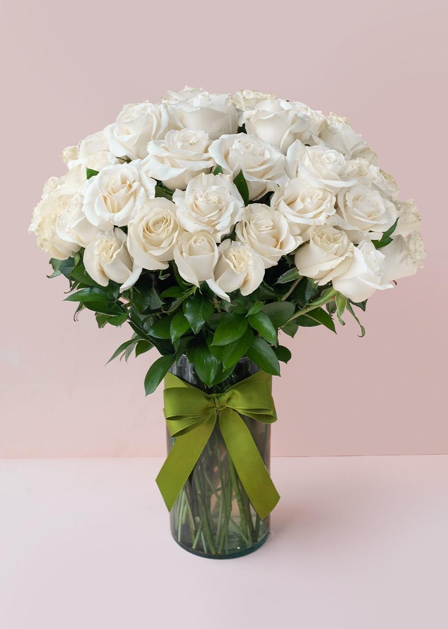 Imagen para 50 Rosas Blancas en jarrón - 1