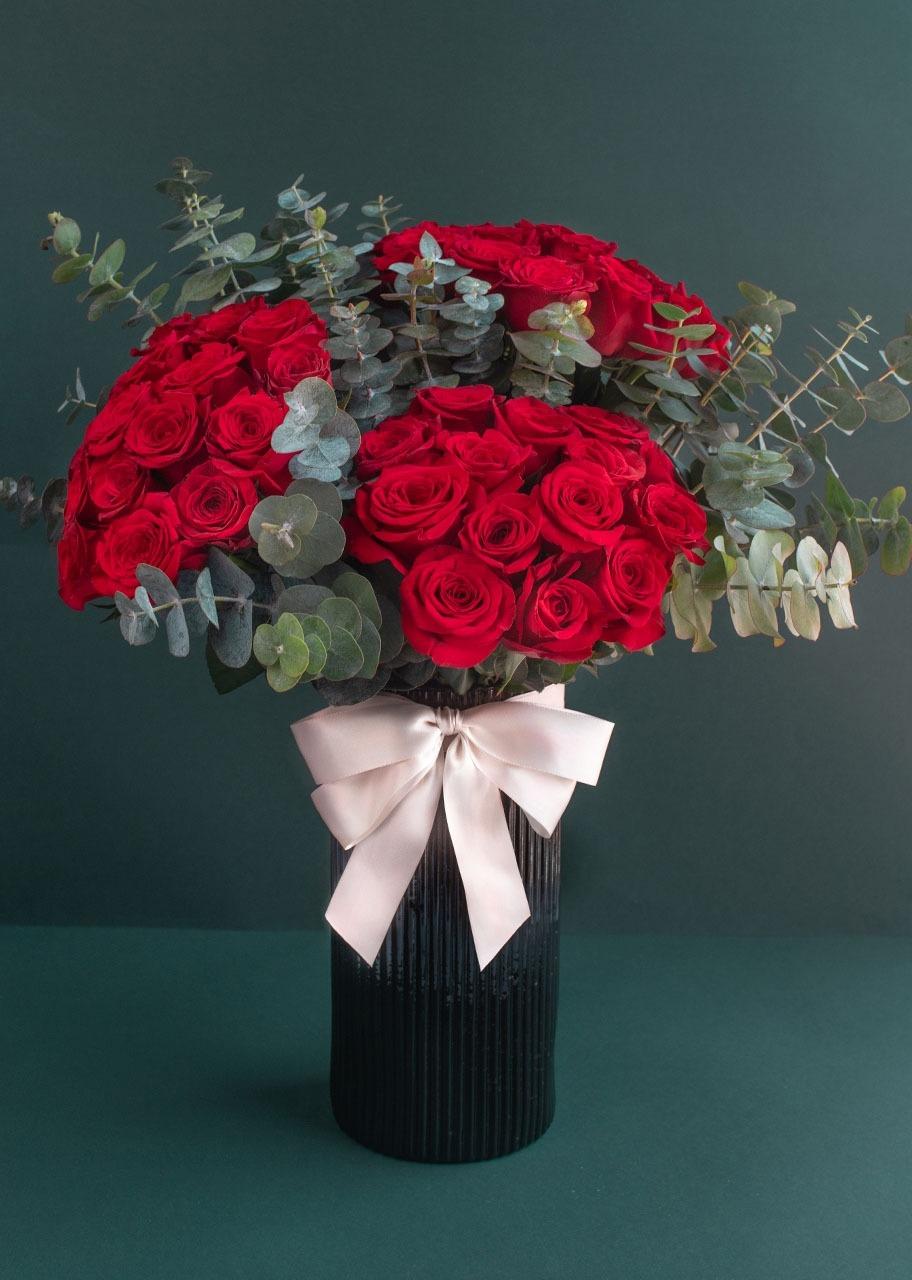 Imagen para 50 rosas rojas en jarrón negro - 1