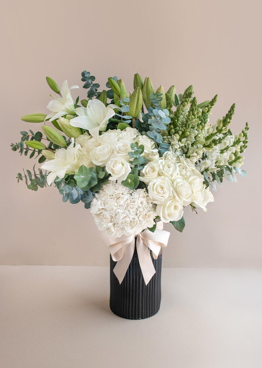 Imagen para Rosas blancas y lilys en jarrón negro - 1