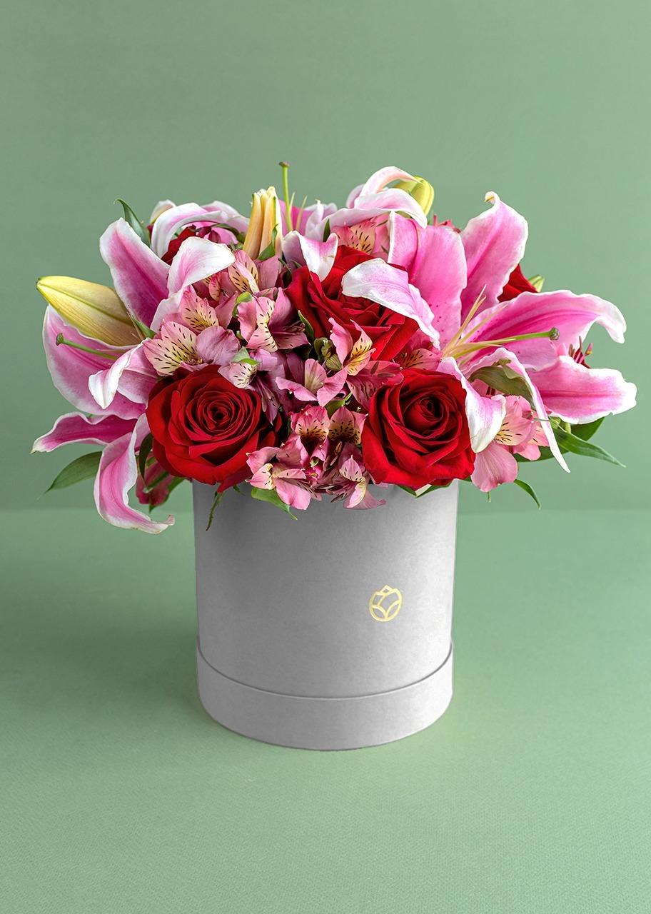 Imagen para Rosas y stargazer en caja gris - 1