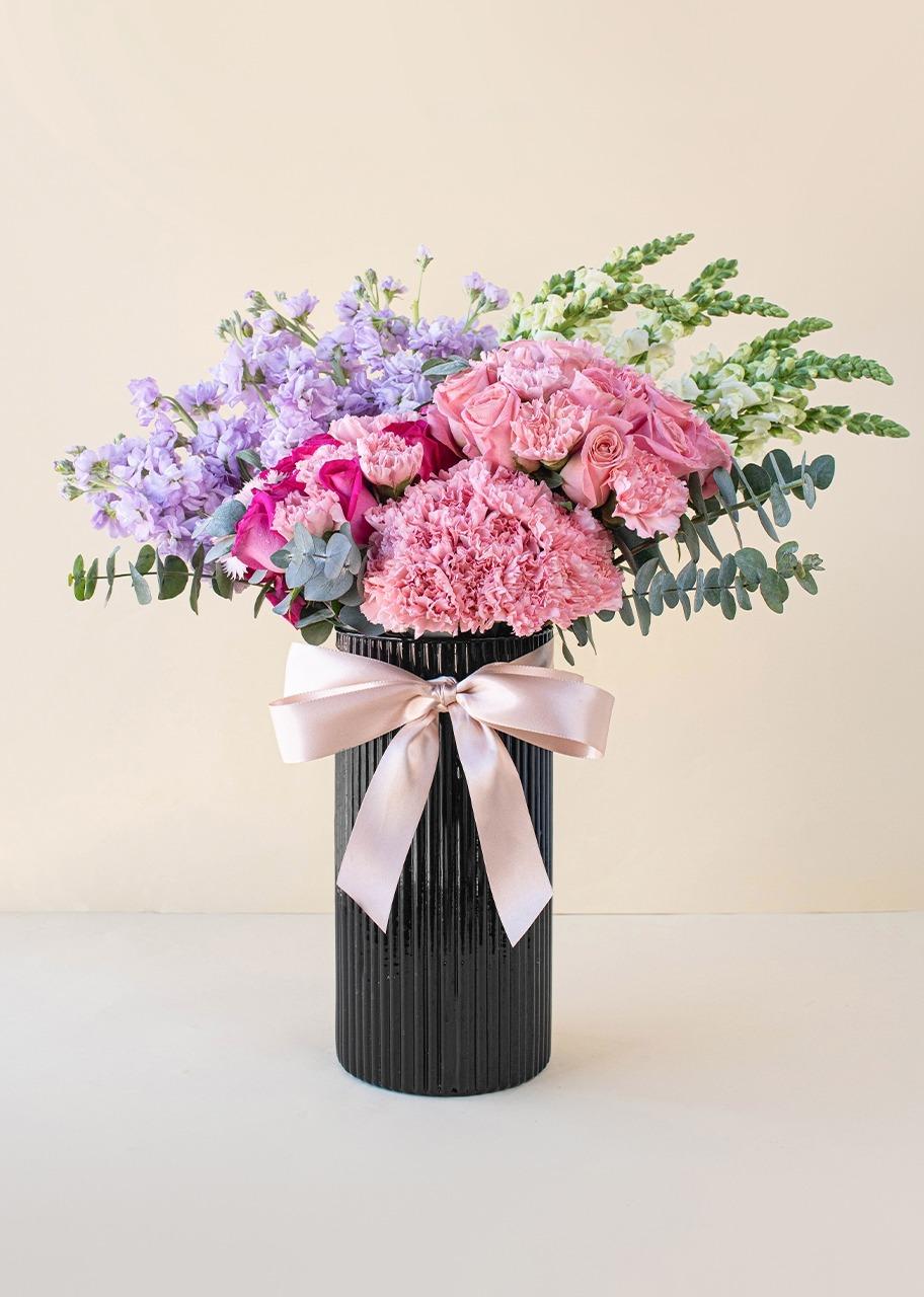 Imagen para Roses and carnations in black vase - 1