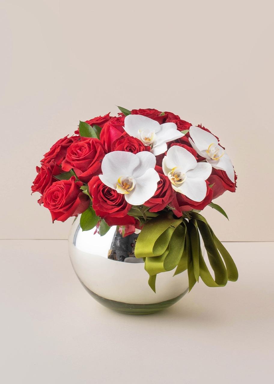 Imagen para 24 rosas rojas y orquideas en base platinada - 1