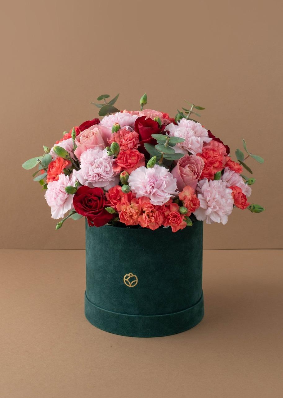 Imagen para Rosas rojas y claveles en caja de terciopelo - 1