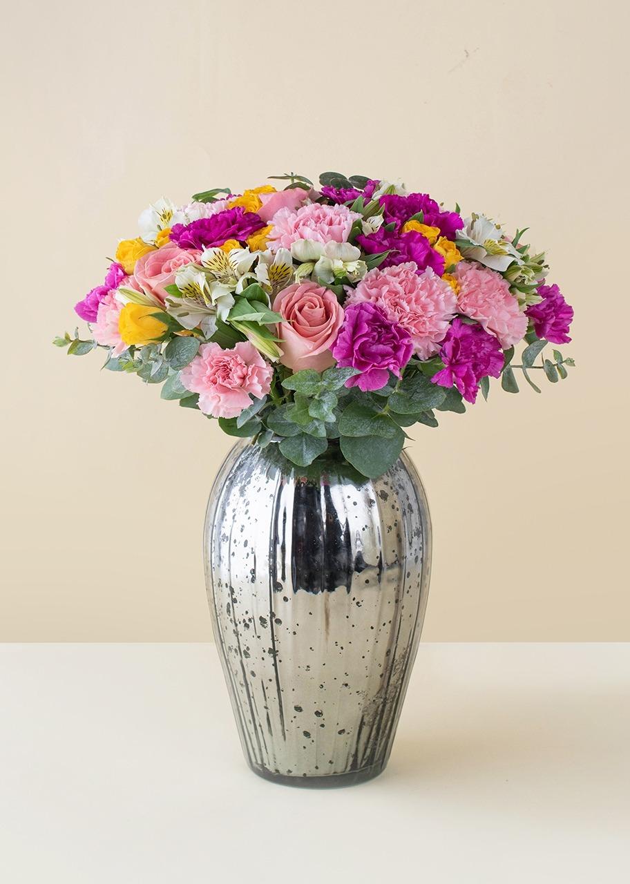 Imagen para Rosas y claveles en jarrón jaspeado - 1
