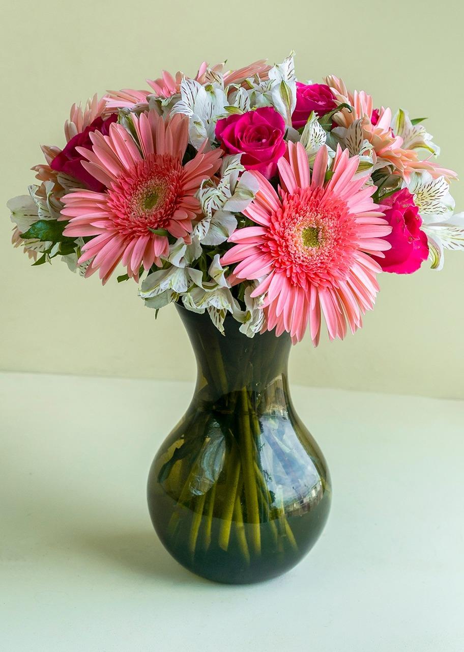 Imagen para 6 Rosas y 10 Gerberas  en jarrón - 1