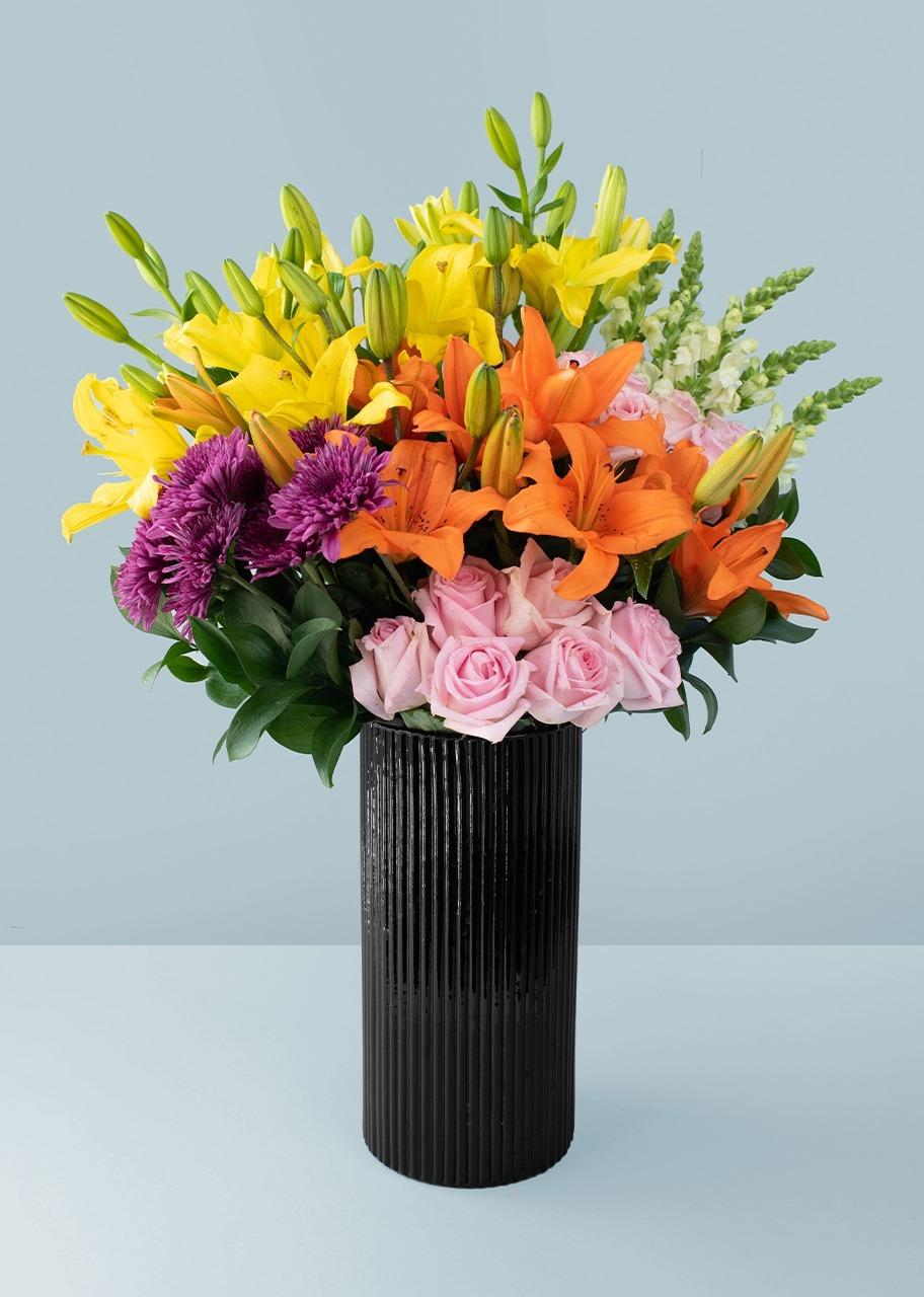 Imagen para 12 Rosas y Lilys en jarrón negro - 1