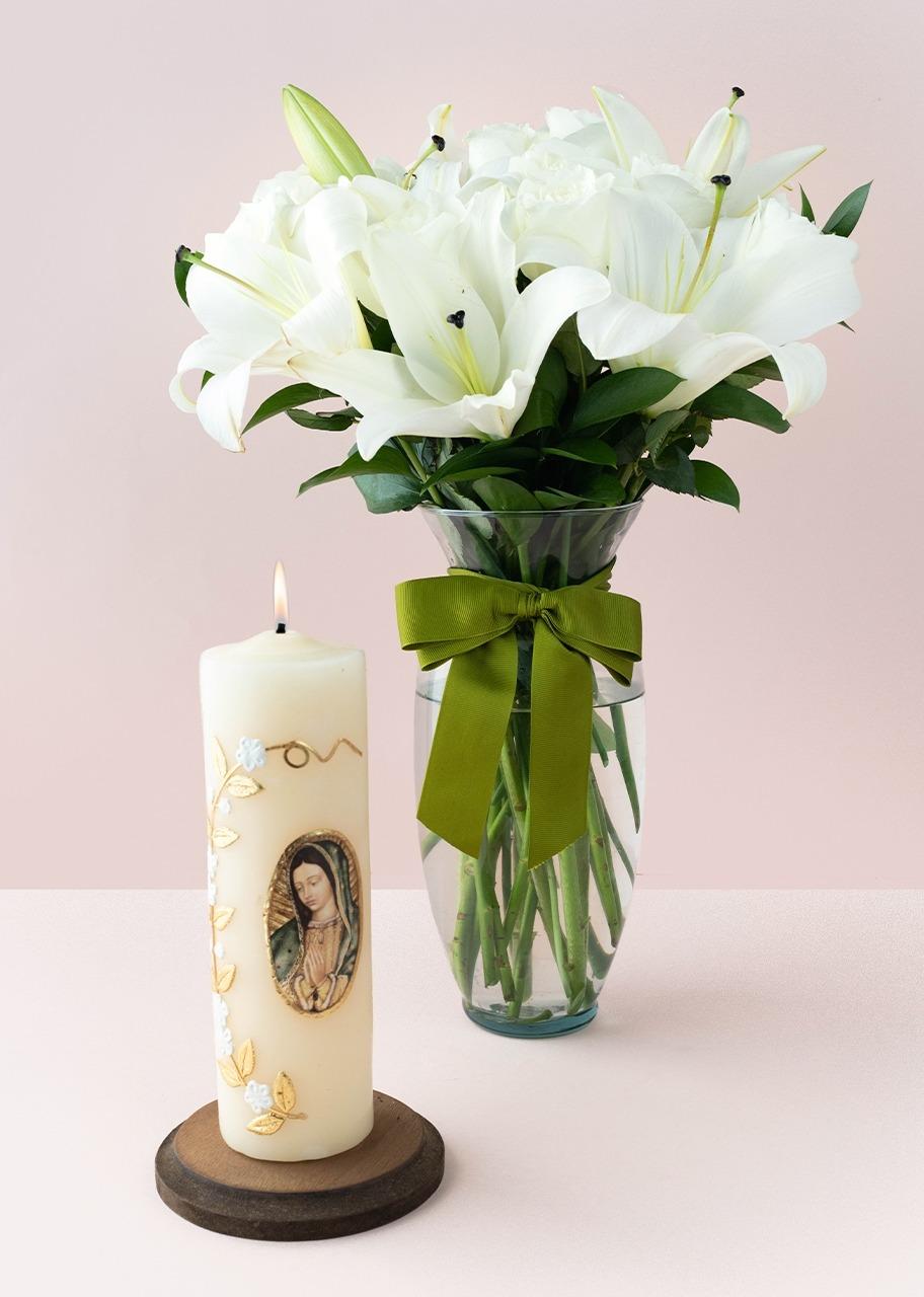 Imagen para 12 rosas blancas y lilys con Cirio Virgen de Guadalupe - 1