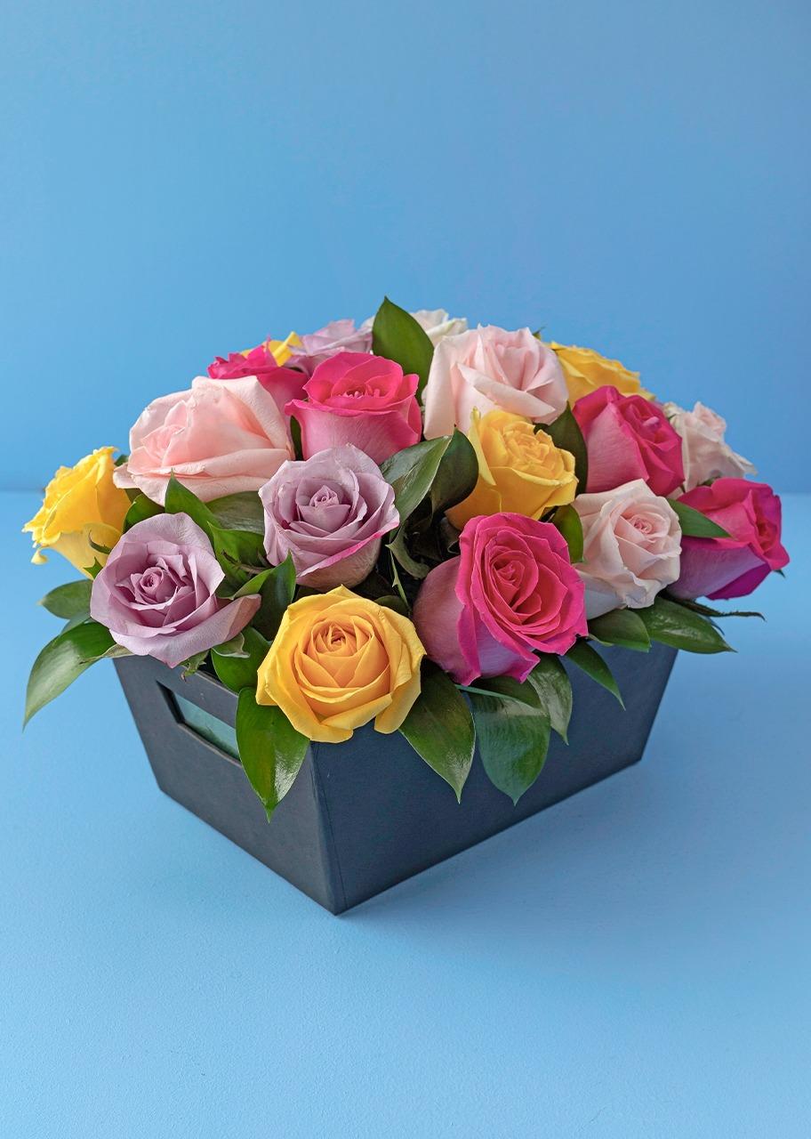 Imagen para Arcoiris de 24 Rosas en Canasta - 1