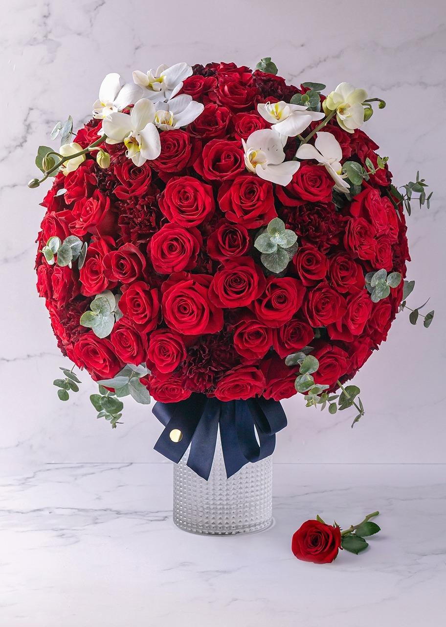 Imagen para Arreglo de rosas rojas con orquídeas en jarrón - 1