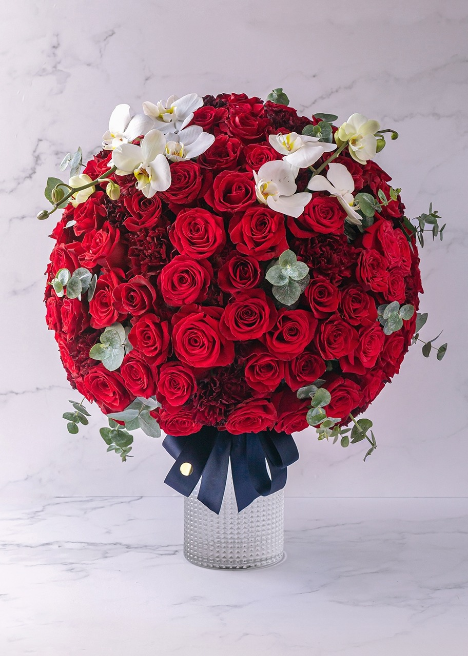 Imagen para Arrangement of red roses with orchids in vase - 1