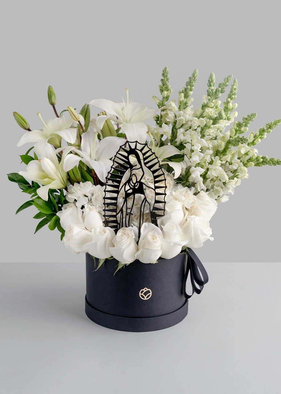 Imagen para Arreglo de la Virgen con Rosas y Perrito blanco - 1