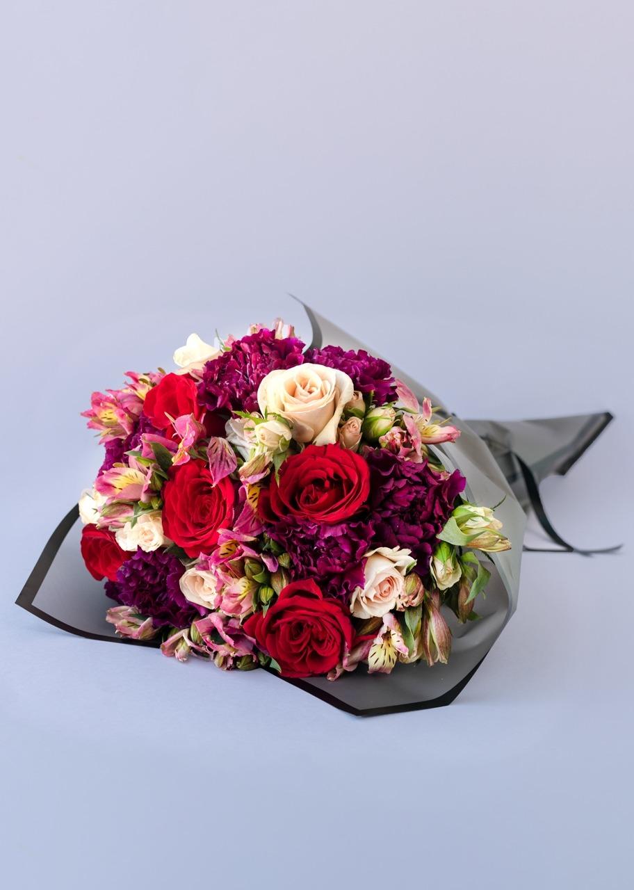 Imagen para Ramo de rosas rojas y claveles - 1