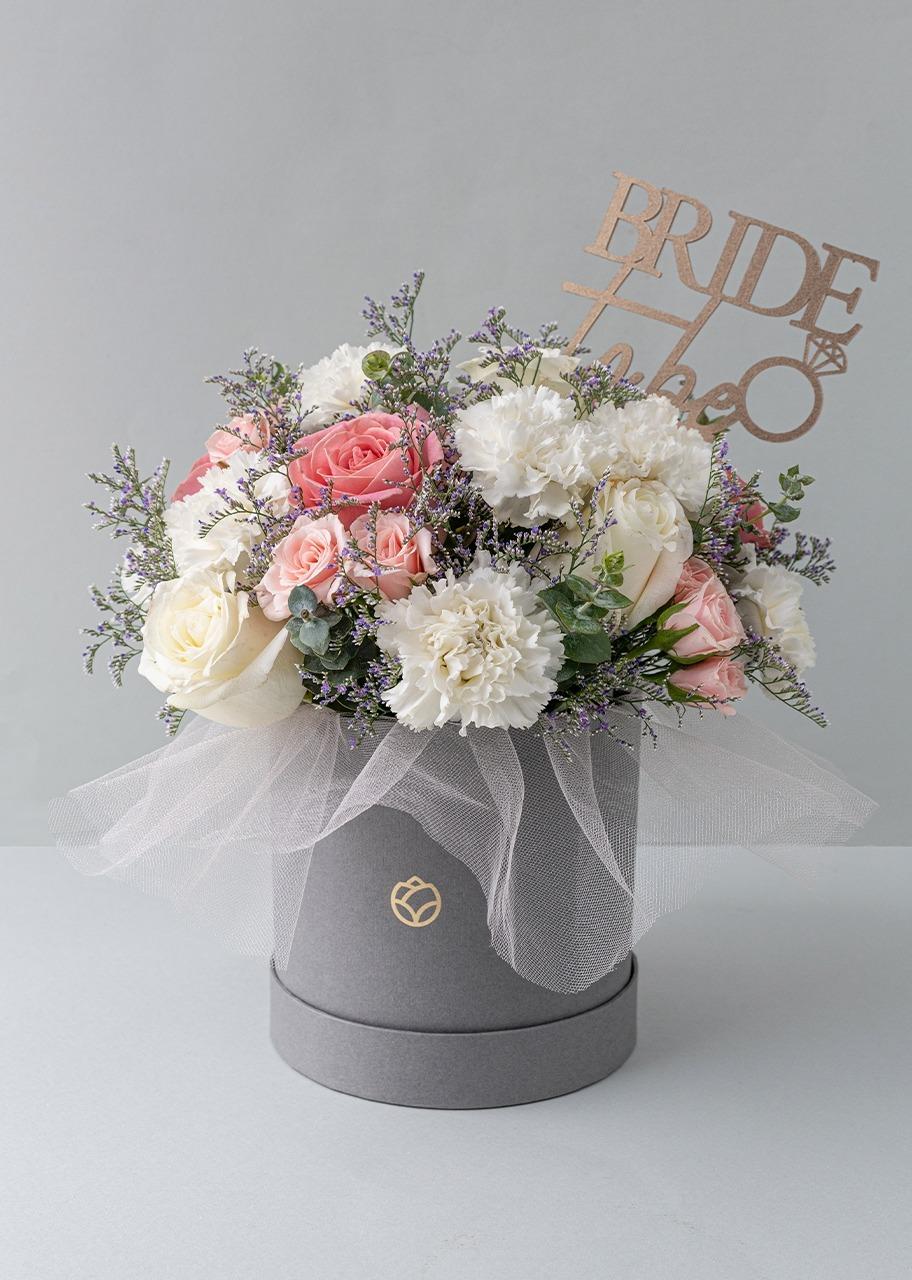 Imagen para Claveles blancos con mini rosas en caja gris - 1