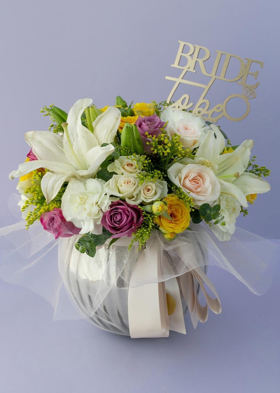 Imagen para Rosas lilas y claveles con topper en pecera gris - 1