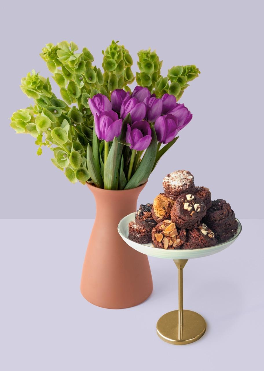 Imagen para Brownies 8 pz con 10 tulipanes morados - 1