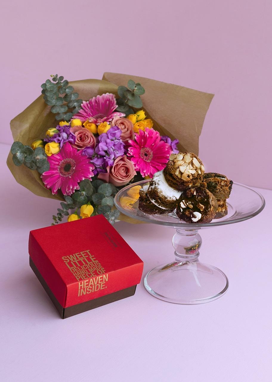 Imagen para Brownies 8 pz y Ramo de Gerberas y Alhelies - 1