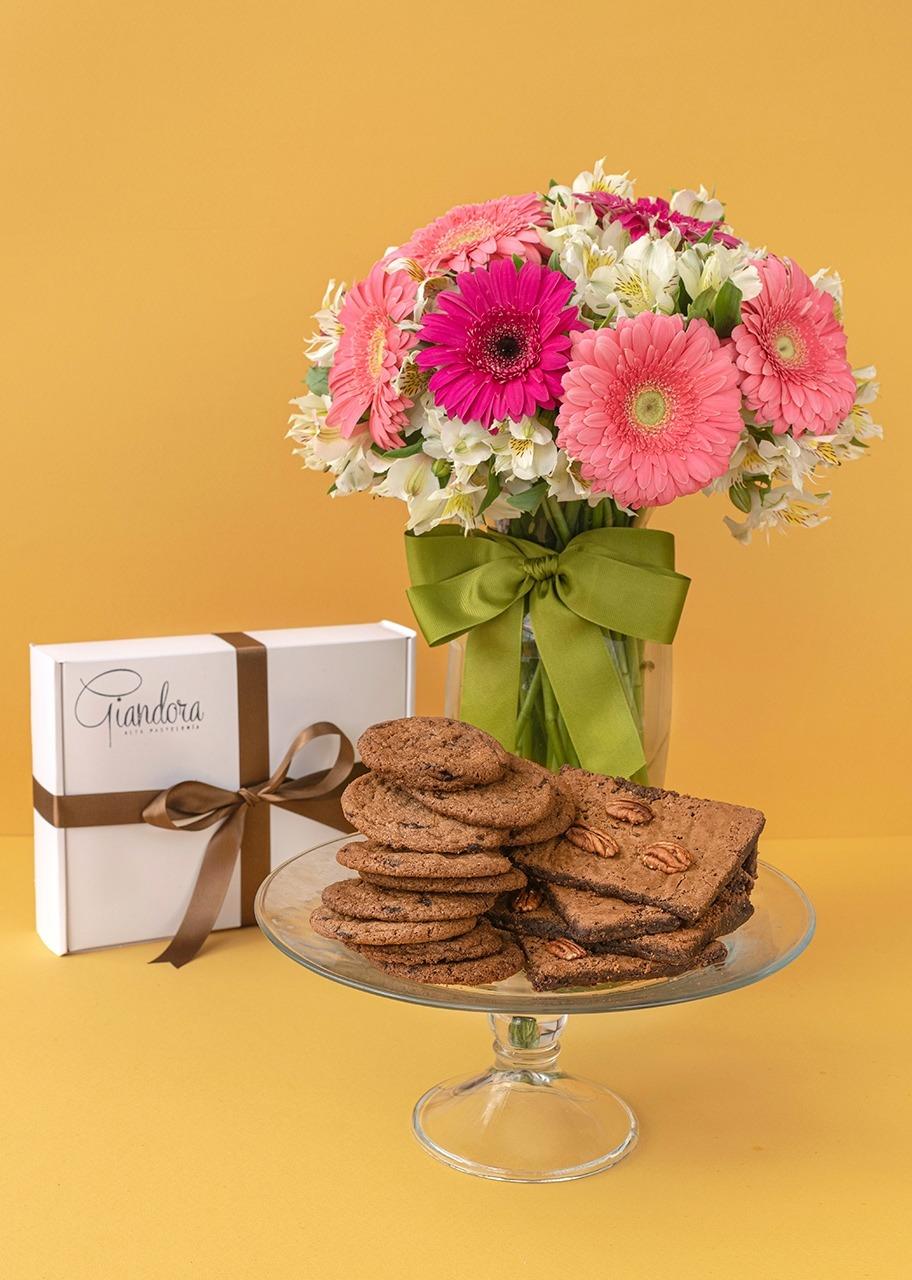Imagen para Caja de Chocochips y Brownies con Arreglo de Gerberas - 1
