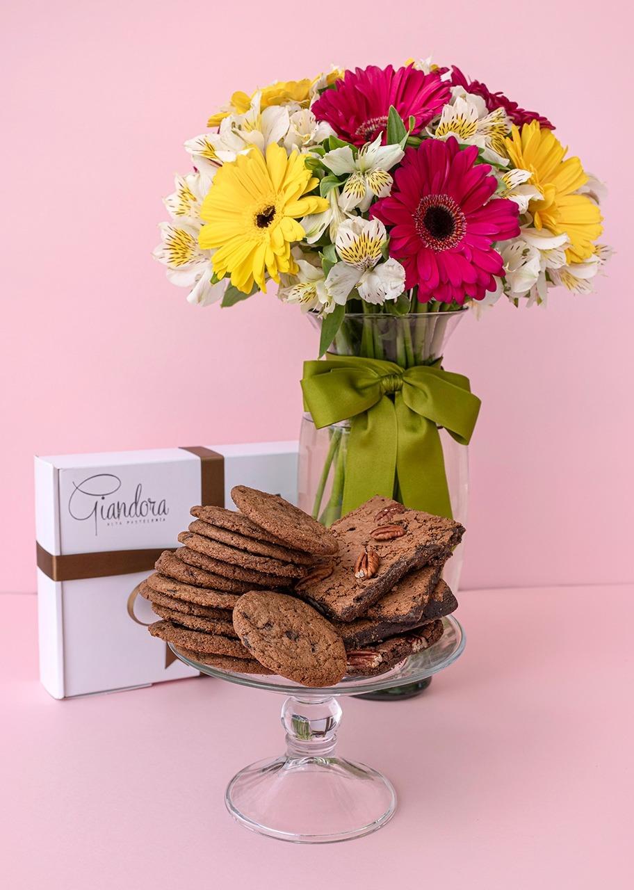 Imagen para Caja de Chocohips y Brownies con Arreglo - 1