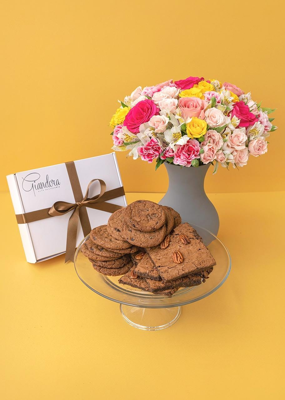 Imagen para Caja de Chocohips y Brownies con Arreglo de Rosas - 1