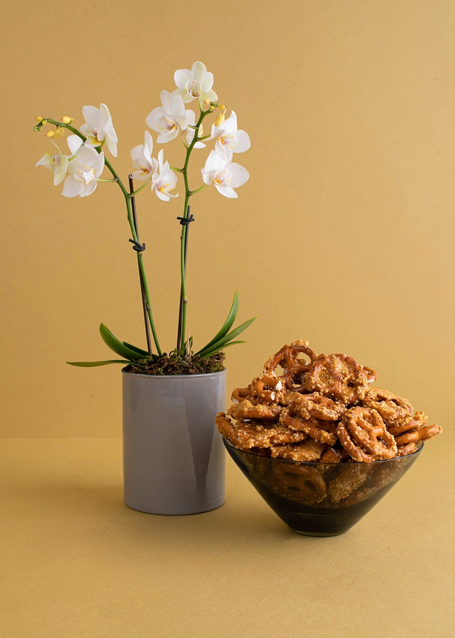 Imagen para Box of Pretzels with Mini Orchid - 1