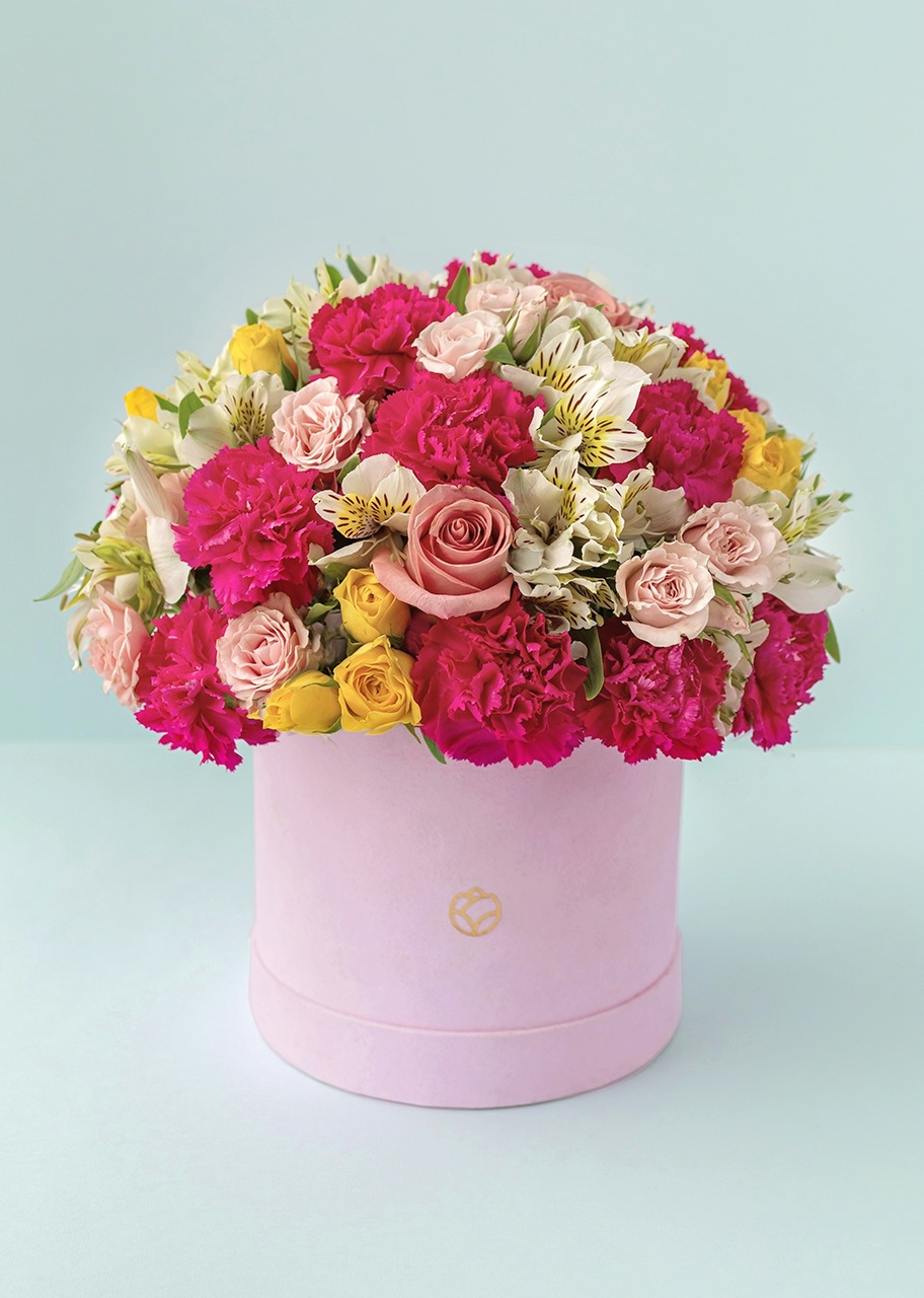 Imagen para Roses and carnations in a pink velvet box - 1