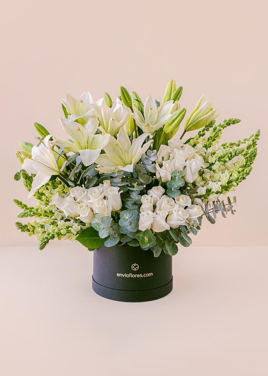 Imagen para 24 rosas blancas y lilys en caja - 1