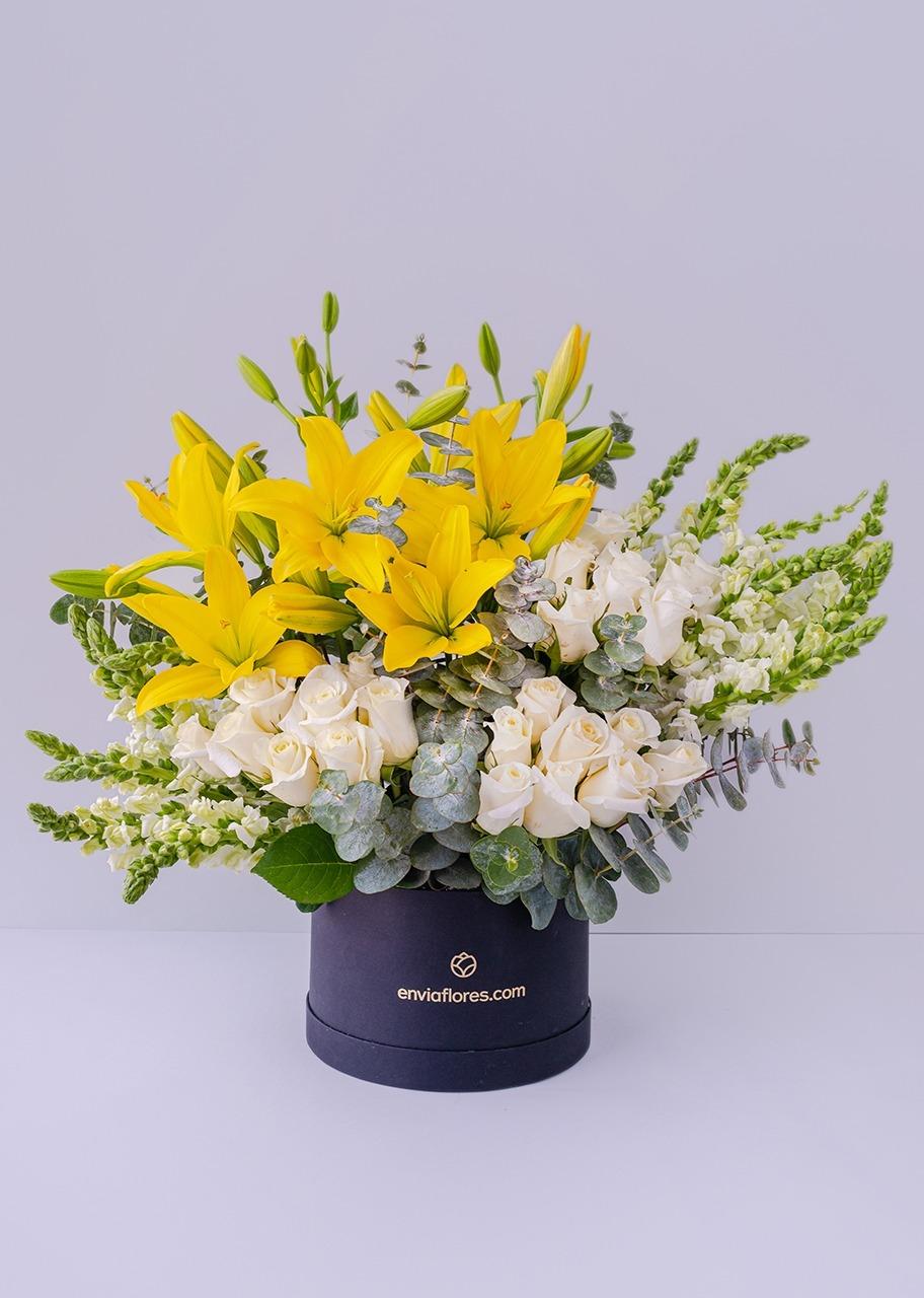 Imagen para 24 rosas blancas y lilys amarillas en caja - 1