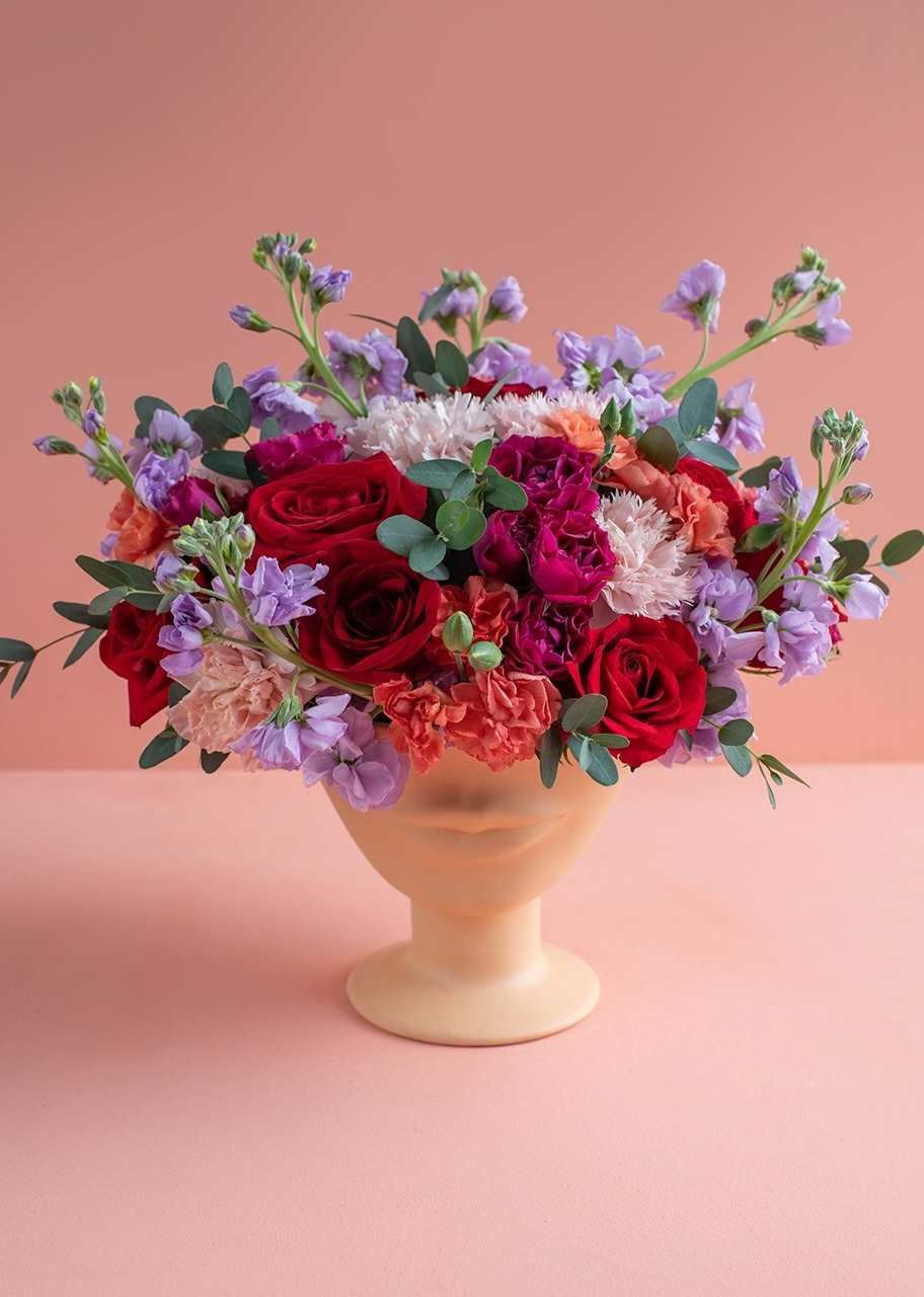 Imagen para Red roses and alhelies on a face vase - 1