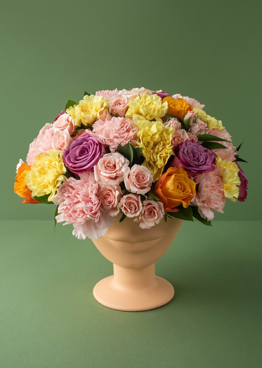 Imagen para Roses and carnations on a face vase - 1