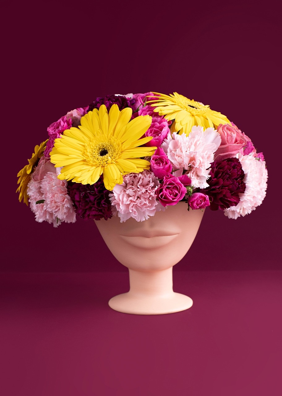 Imagen para Gerbera and carnation flowers on a face vase - 1