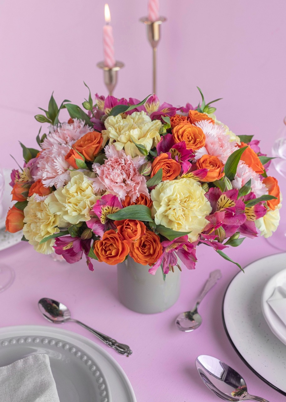 Imagen para Carnations and Mini Roses Centerpiece - 1