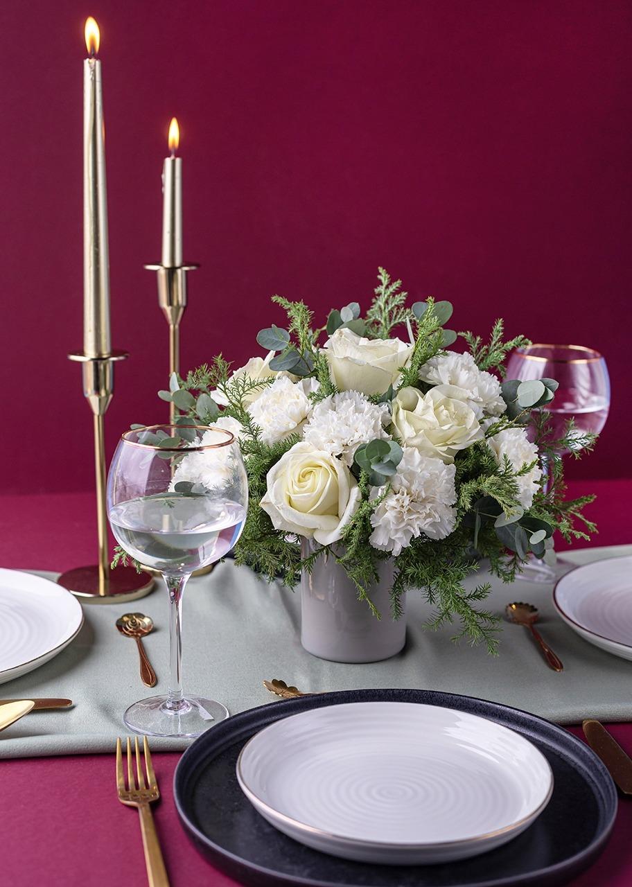 Imagen para Centro de mesa de Rosas blancas y claveles - 1